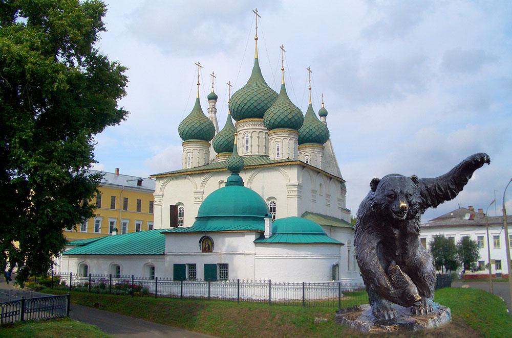 Архитектурный Ярославль: «девушка с ядром» на фоне русского узорочья