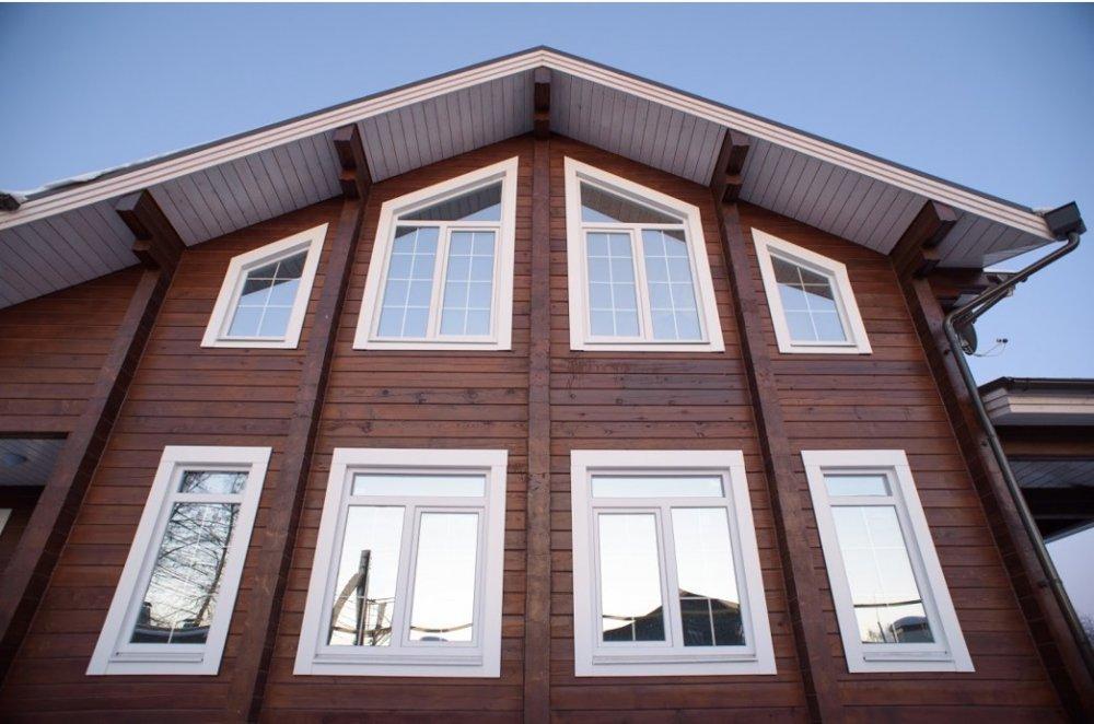Пластиковое окно в деревянном доме: как избежать фатальных ошибок при выборе и монтаже