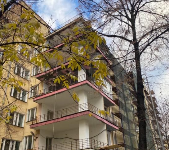 Завершается ремонт крыши и фасада дома 1927 года в 1-м Басманном переулке